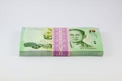 Pila di soldi tailandesi su fondo bianco Fotografia Stock