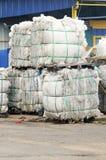 Pila di spreco del documento nella pianta di riciclaggio Immagini Stock