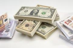 Pila di Stati Uniti, di Britannici e di moneta europea Immagini Stock