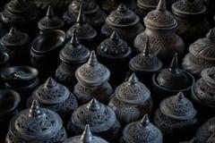 Pila di stile tailandese di tradizione delle terraglie dell'argilla di arti delle terraglie dell'argilla fotografie stock libere da diritti