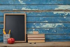 Pila di supporto dei libri, dell'ardesia, della mela e della penna Immagine Stock Libera da Diritti