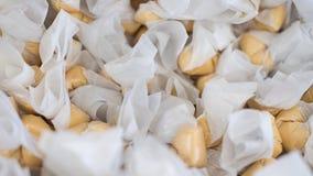 Pila di taffy dell'acqua salata, delizioso e gommoso, avvolto in carta oleata in un negozio di dolci a San Francisco, California fotografia stock