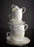 Pila di tazze e di piatti di caffè macchiato Fotografie Stock