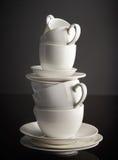 Pila di tazze e di piatti di caffè macchiato Immagini Stock Libere da Diritti
