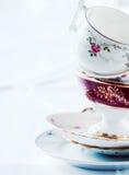 Pila di tazze e di piattini di tè fini della porcellana Immagine Stock Libera da Diritti
