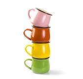 Pila di tazze variopinte della minestra isolate su fondo bianco Fotografie Stock Libere da Diritti