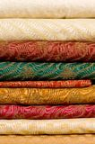 Pila di tessuti di seta stampati Immagini Stock