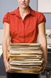 Pila di trasporto della donna di affari di dispositivi di piegatura di archivio Immagine Stock