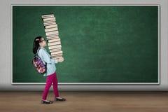 Pila di trasporto dello studente di libri in aula Fotografia Stock
