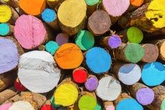 Pila di tronchi di albero dipinti variopinti immagini stock