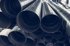 Pila di tubi del metallo o dell'acciaio o di tubi rotondi come fondo industriale con la prospettiva Fotografia Stock