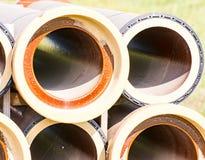 Pila di tubi di canalizzazione di un corso d'acqua Fotografia Stock