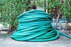 Pila di tubo flessibile nel giardino fotografia stock libera da diritti