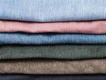 Pila di vari jeans ed allentamenti del velluto a coste Fotografia Stock Libera da Diritti