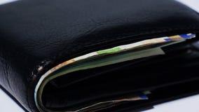 Pila di vario delle fatture di soldi israeliane dello shekel in portafoglio di cuoio nero vicino - inclinazione giù video d archivio