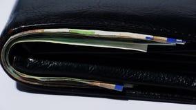 Pila di vario delle fatture di soldi israeliane dello shekel in portafoglio di cuoio nero vicino - inclinazione giù stock footage