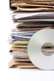 Pila di vecchi archivi cartacei e di archivio cd moderno Fotografie Stock