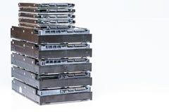 Pila di vecchi dischi rigidi su fondo bianco Fotografie Stock Libere da Diritti