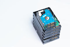 Pila di vecchi dischi rigidi su fondo bianco Fotografia Stock Libera da Diritti