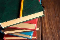 Pila di vecchi libri fotografie stock libere da diritti