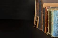 Pila di vecchi libri, copyspace per il vostro testo Libri antichi sul vecchio scaffale di legno Fotografia Stock