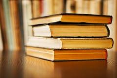 Pila di vecchi libri dalla copertina rigida Immagini Stock