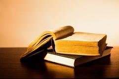 Pila di vecchi libri dalla copertina rigida Immagini Stock Libere da Diritti