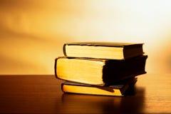 Pila di vecchi libri dalla copertina rigida Fotografia Stock
