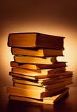 Pila di vecchi libri dalla copertina rigida Immagine Stock