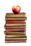 Pila di vecchi libri e di mela su esso Fotografie Stock Libere da Diritti