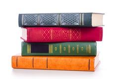 Pila di vecchi libri isolati su bianco immagine stock
