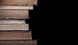 Pila di vecchi libri isolati sul nero Fotografia Stock