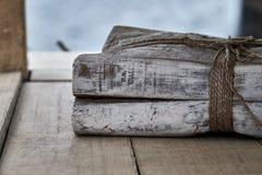 Pila di vecchi libri legati su uno scaffale di legno Immagini Stock Libere da Diritti
