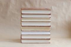 Pila di vecchi libri sulla tavola fotografia stock