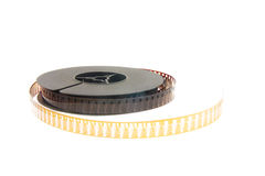 Pila di vecchia pellicola di film sulla bobina di plastica su bianco immagini stock