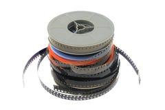 Pila di vecchia pellicola di film sulla bobina di plastica su bianco immagine stock libera da diritti