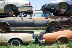 Pila di vecchie automobili d'arrugginimento in un'iarda degli interruttori Fotografie Stock Libere da Diritti