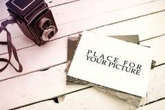 Pila di vecchie foto e macchina fotografica Fotografia Stock
