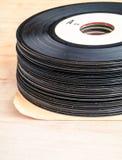 Pila di vecchie 45 registrazioni Immagini Stock