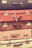Pila di vecchie valigie d'annata Fotografia Stock