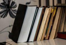 Pila di vecchio e di nuovi libri immagini stock libere da diritti
