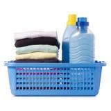 Pila di vestiti in un emolliente liquido del tessuto del condizionatore della polvere del canestro di plastica Immagine Stock
