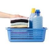 Pila di vestiti in un emolliente liquido del tessuto del condizionatore della polvere del canestro di plastica a disposizione Immagini Stock