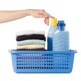 Pila di vestiti in un emolliente liquido del tessuto del condizionatore della polvere del canestro di plastica a disposizione Fotografie Stock