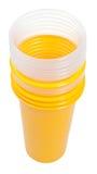 Pila di vetri di plastica gialli e trasparenti Immagini Stock