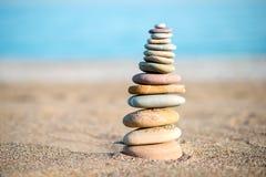 Pila di Zen Stones Near Sea Immagine Stock