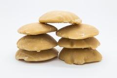 Pila dura dello zucchero di palma su bianco Fotografia Stock