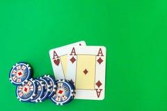 pila e carte da gioco dei chip di poker sulla tavola verde fotografia stock