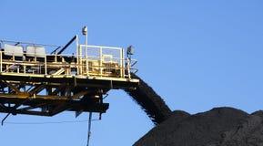 Pila e nastro trasportatore del carbone Fotografie Stock