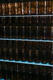 Pila enorme de botellas de cristal vacías en la tabla azul Foto de archivo libre de regalías